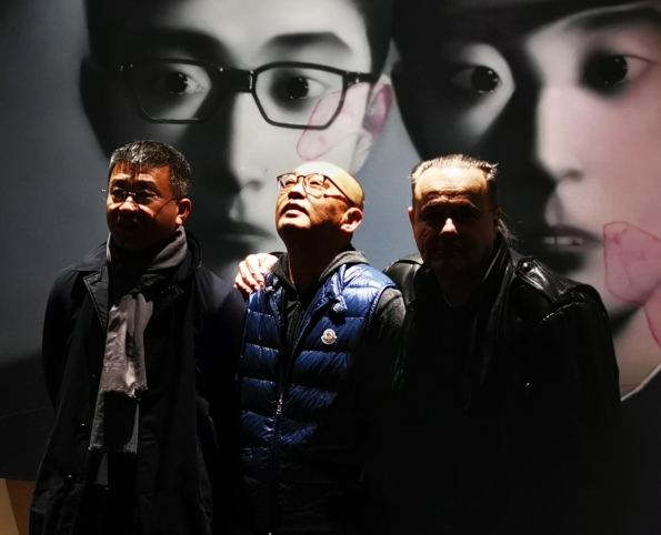 Artist Zhang Xiaogang in his studio with Wan Jie, Artron Group CEO (left) and thierry Ehrmann, Artprice CEO (right).